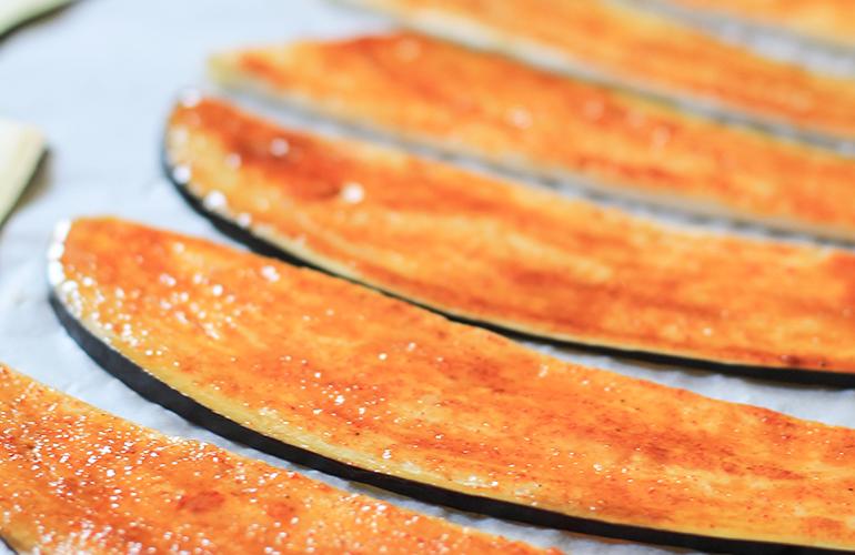 Beringelas temperadas para fazer Bacon Vegano
